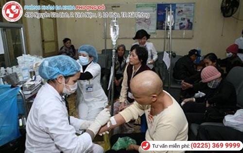Bệnh nhân xếp hàng chờ đợi khám bệnh tại bệnh viện công