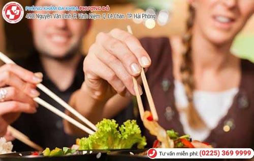 Việc ăn uống chung cũng rất dễ lây nhiễm giang mai